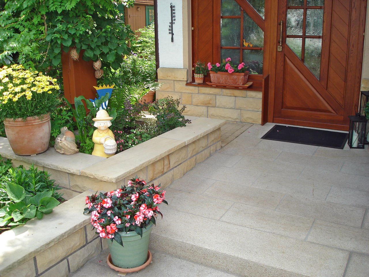 Eingangsbereich gestaltet mit Naturstein.