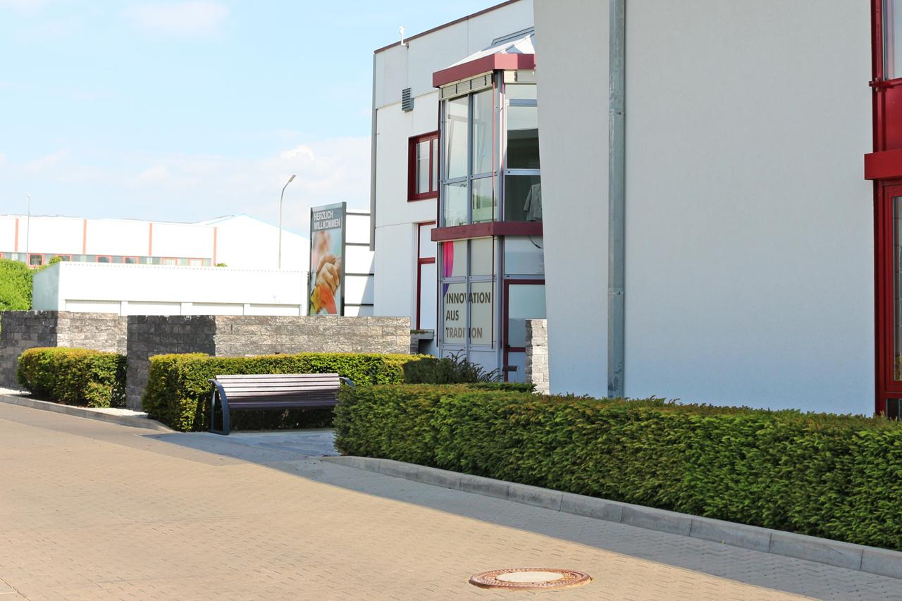 Moderne Grünflächengestaltung bei der Firma Hofmann Modellbau in Schney.