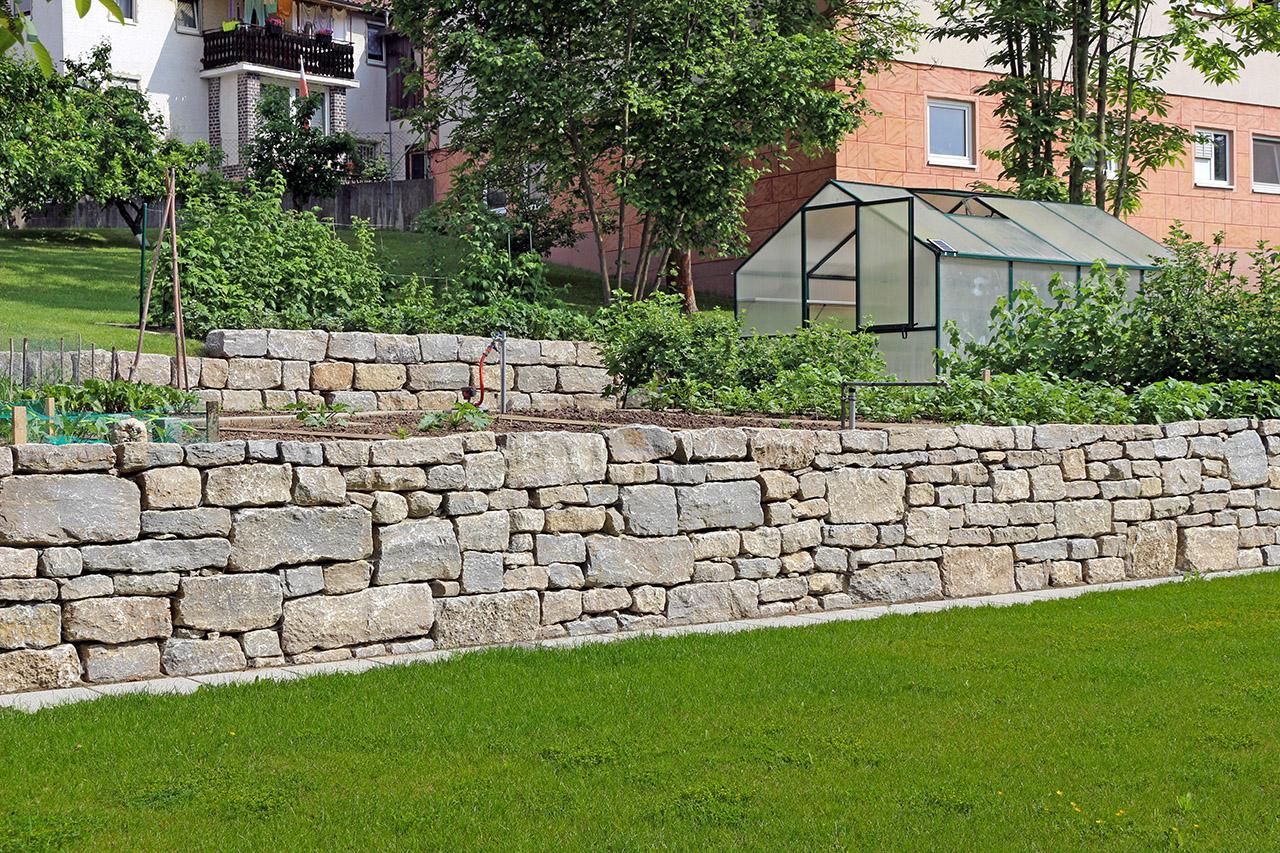Trockenmauer aus Muschelkalkstein.