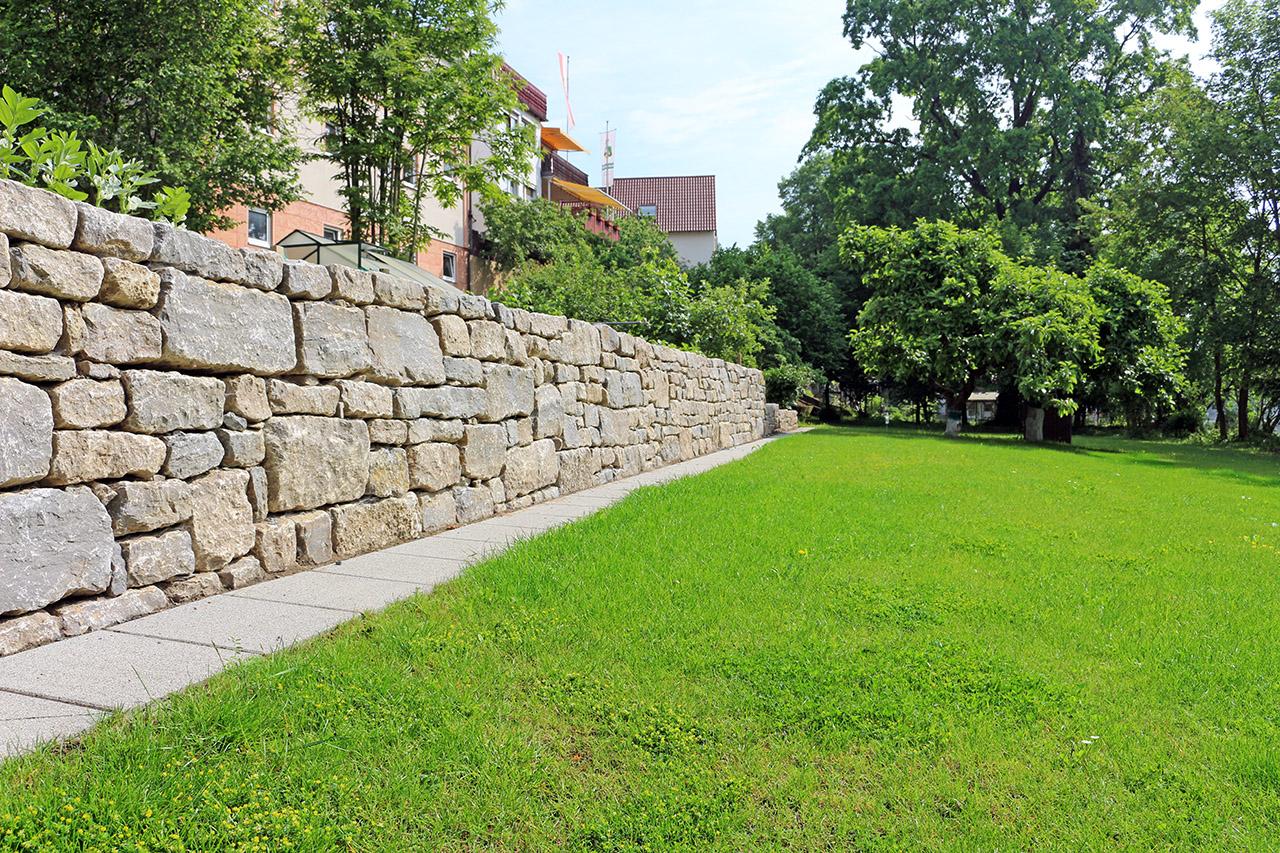 Trockenmauer aus Muschelkalk.
