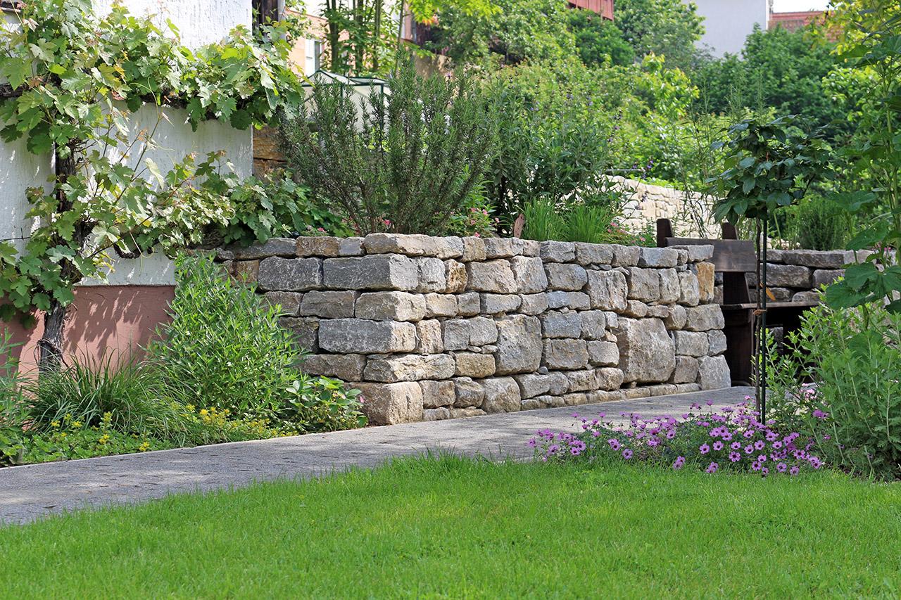 Hangbefestigung mit Trockenmauer.
