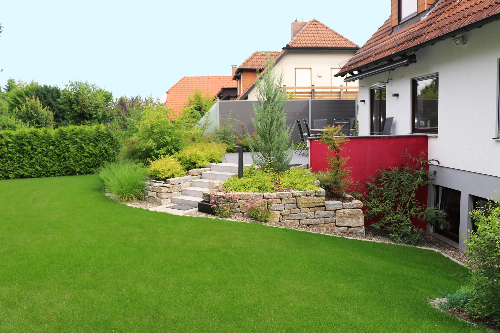 Terrasse mit Trockenmauer.