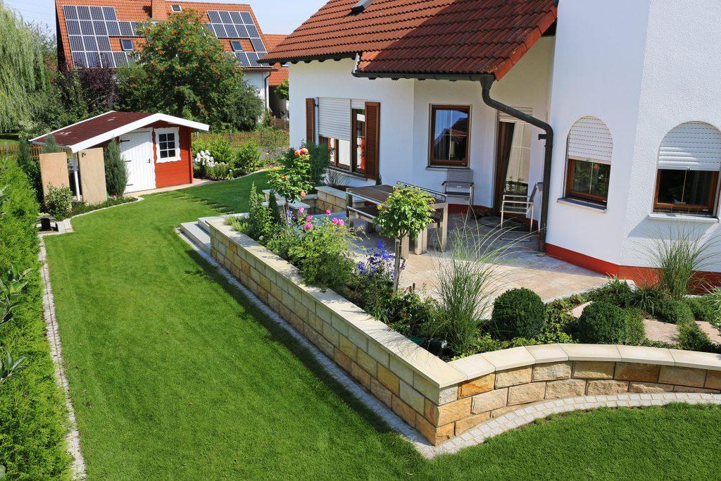 Gartengestaltung mit natürlichen Materialien.