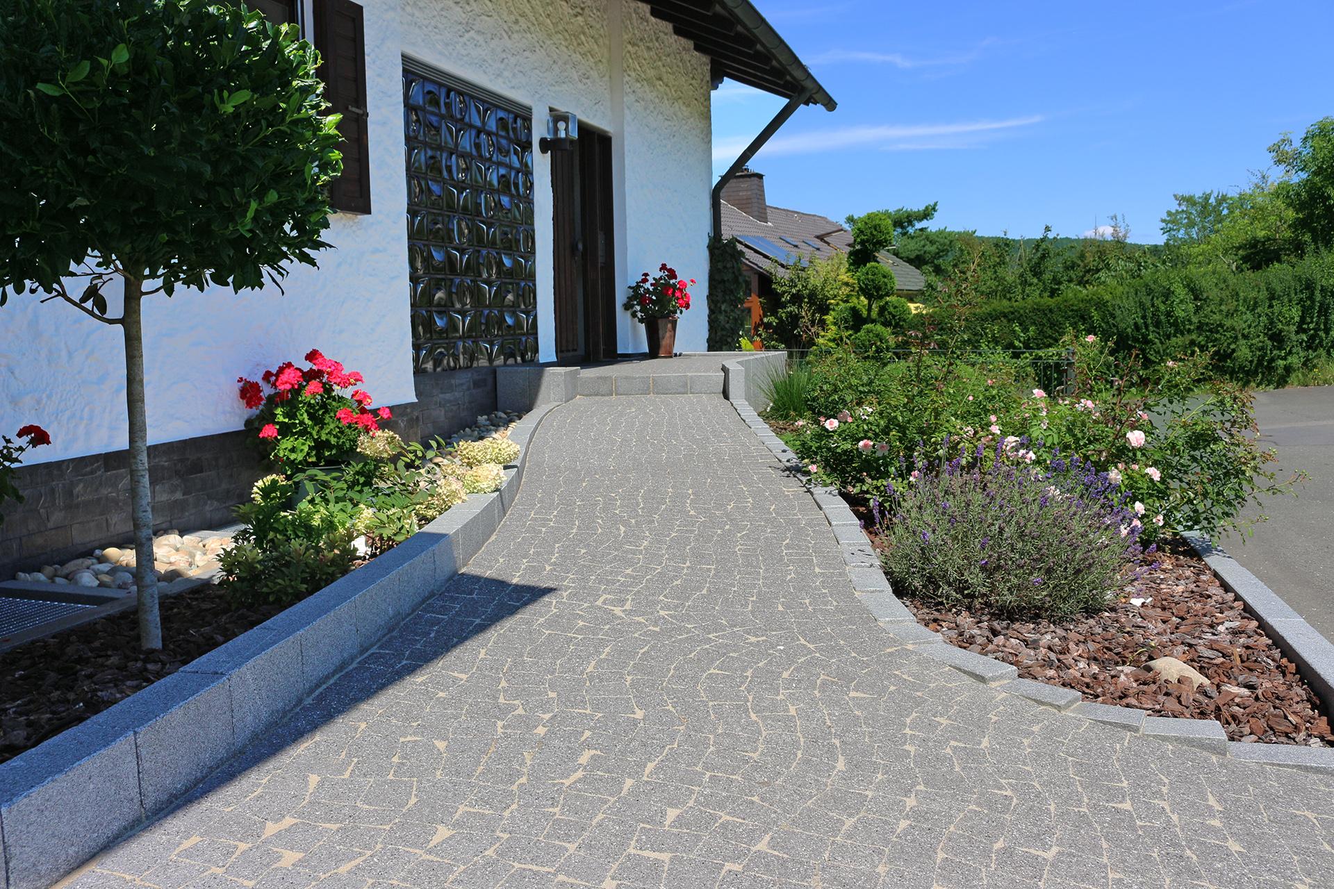 Weg zur Haustüre modern gestaltet.