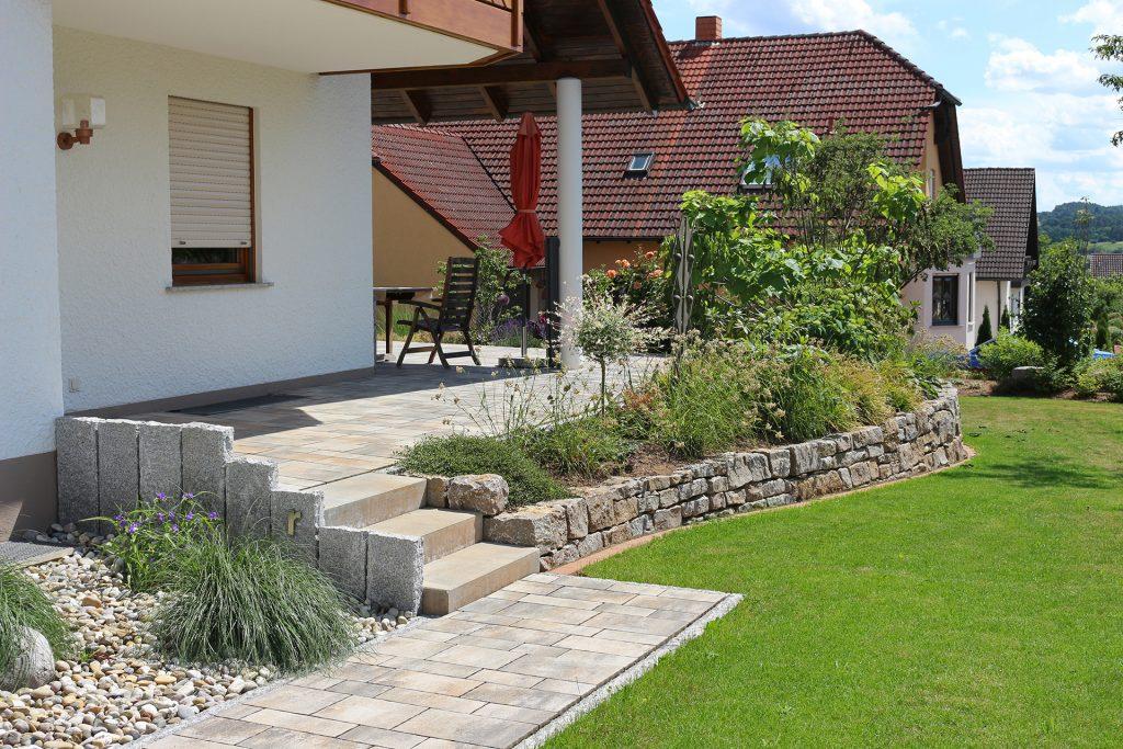 Gartenanlage bei Familie Rathmann in Reckendorf. Ein Zusammenspiel aus Natur- und Betonstein.