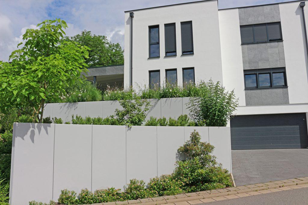 Gartenanlage in Coburg bei Fam. Zethner. Moderne Gestaltung mit klaren Linien.